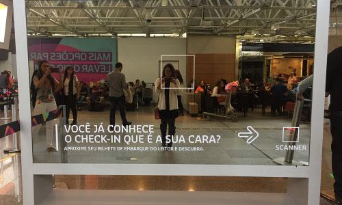 Espelho-interativo-no-RIOgaleao-demonstra-Selfie-Check-in-da-Gol